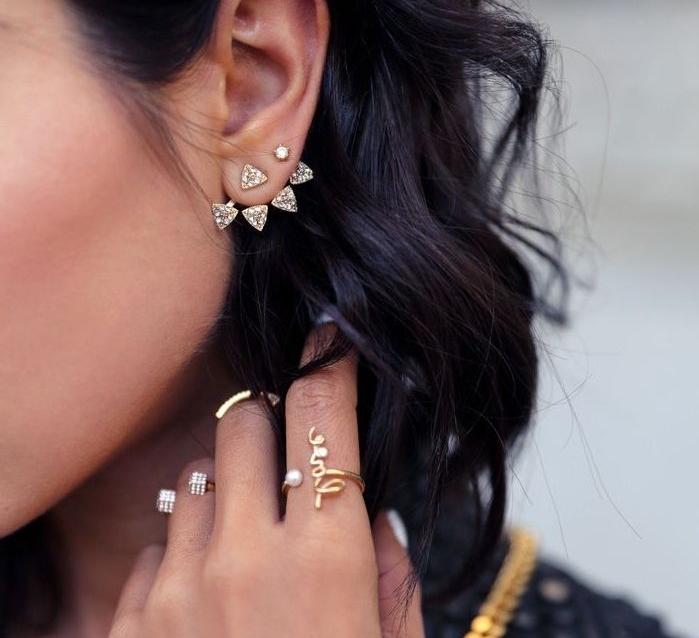 piercing oreille, bague en or avec perle, coupe de cheveux mi longs, manucure blanche