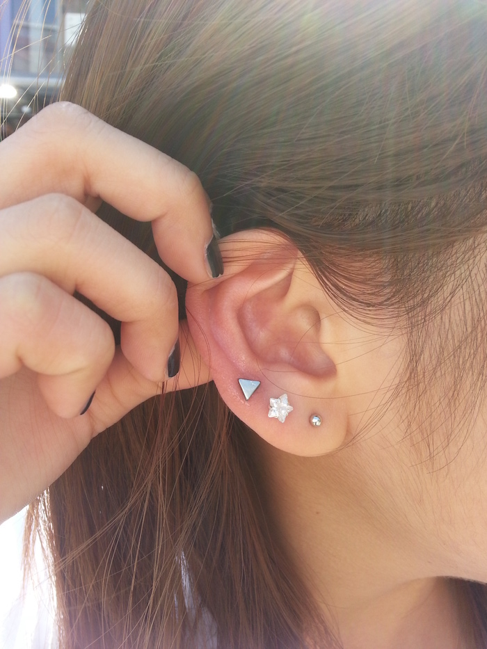 piercing oreille, couleur de cheveux marron, vernis d'ongles noir, piercing sur lobe