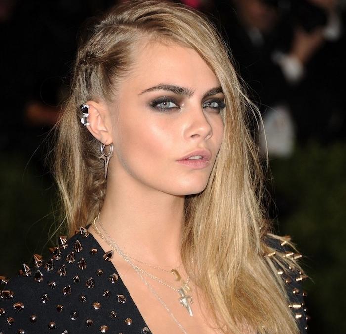 piercing oreille, coiffure sur le côté, cheveux blonds, rouge à lèvre rose, piercing cartilage