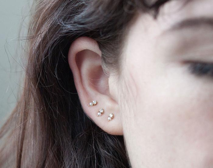 piercing oreille, bijou discret en perle, boucles d'oreilles en cristaux, cheveux marron foncé