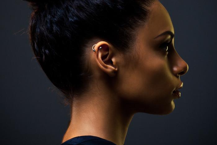 piercing oreille helix, coiffure cheveux mi longs, anneau pour oreilles délicat