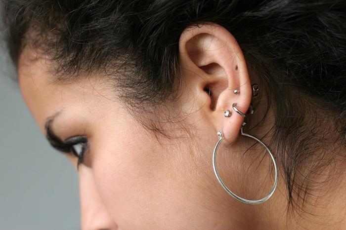 piercing cartilage, anneau oreilles en argent, piercing délicat pour femme, cheveux noirs