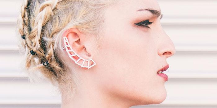 piercing oreille, maquillage avec eye-liner noir, cheveux tressés, balayage californien, piercing hélix