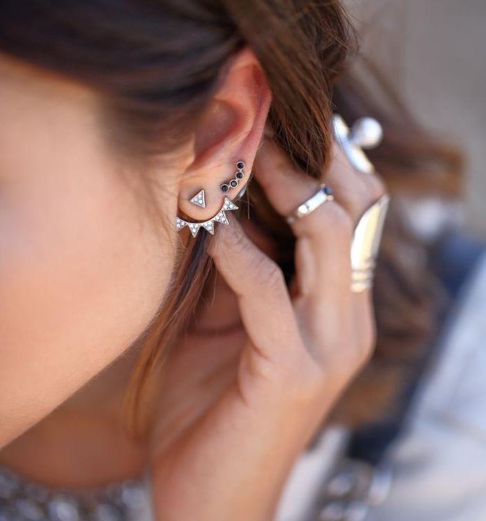 piercing oreille, bague femme, cheveux longs, boucles d'oreilles en cristaux, coloration marron