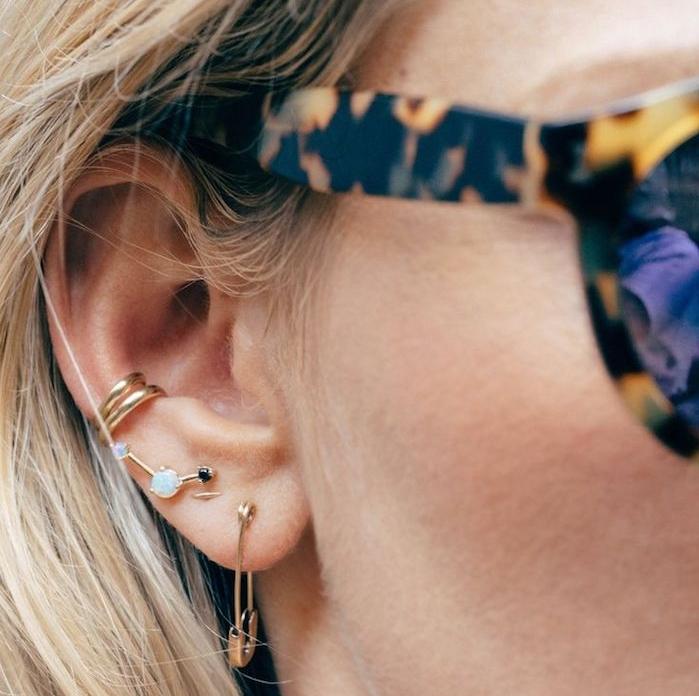 piercing conch, cheveux blonds, boucles d'oreilles constellation, lunettes de soleil femme