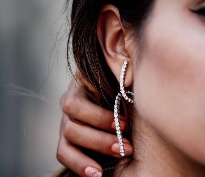 piercing oreille, bijoux pour femme, boucles d'oreilles en cristaux, cheveux longs