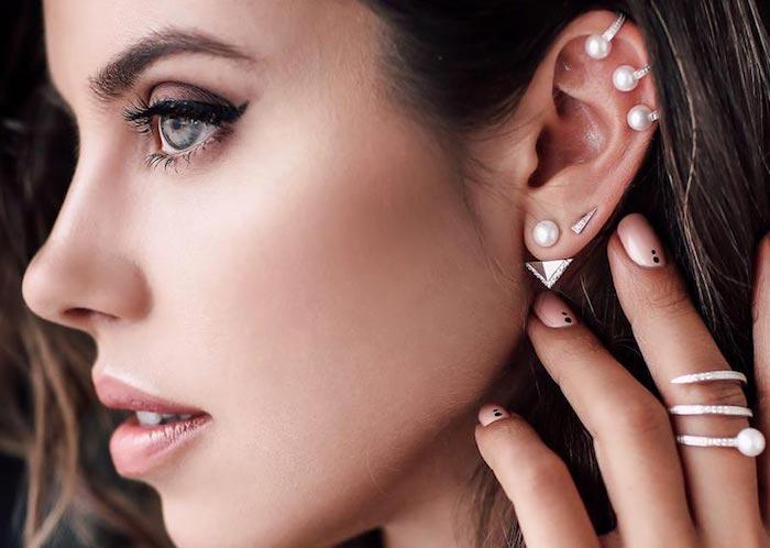 piercing oreille, yeux verts, maquillage avec eye-liner noir, anneau oreilles perles, piercing hélix