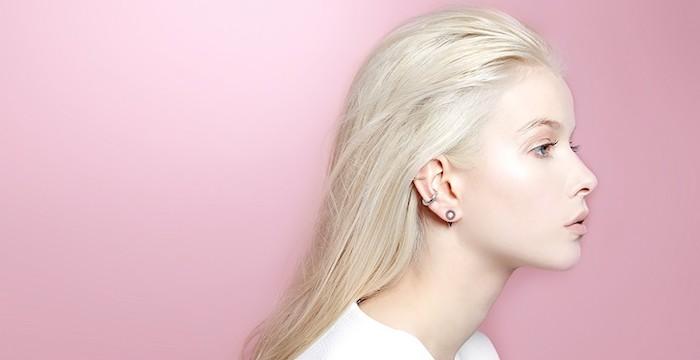 piercing cartilage, murs rose, blouse blanche, piercing pour les oreilles, bijoux femme