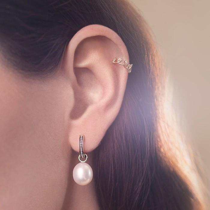 piercing femme, cheveux marron, boucles d'oreilles avec perle, piercing hélix femme