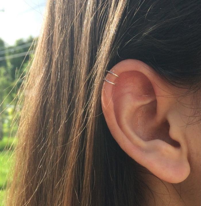 piercing oreille, anneau pour oreilles en argent, piercing discret, cheveux marron, piercing femme