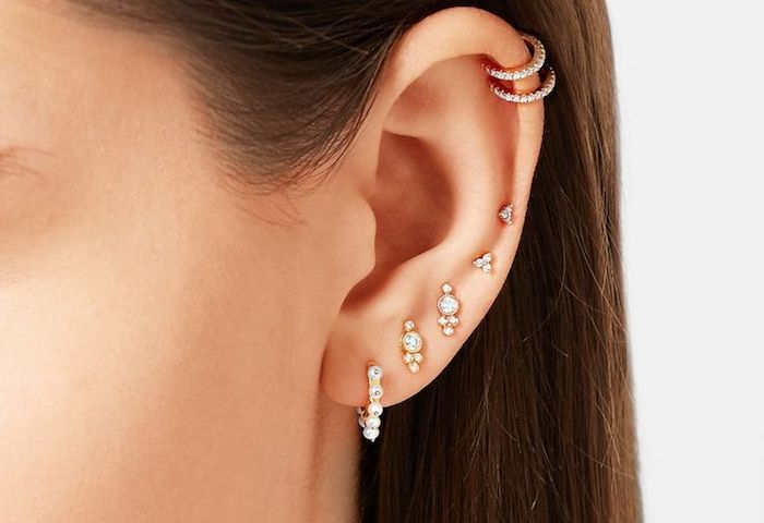 piercing femme, cheveux marron, anneau oreilles en cristaux, piercing discret, boucles d'oreilles en petites perles