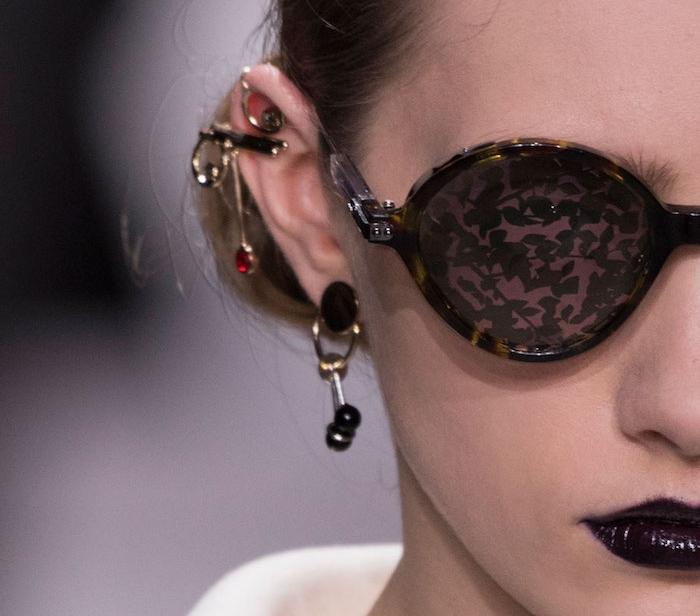 piercing femme, rouge à lèvres noir, boucles d'oreilles femme, piercing cartilage