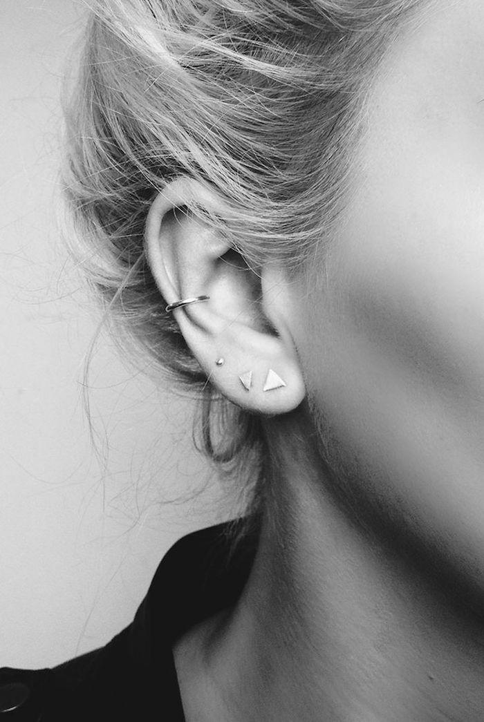 piercing femme, coiffure avec chignon haut, anneau pour oreilles en argent, photo blanc et noir