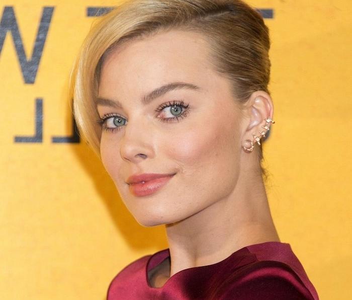 piercing femme, anneau pour oreilles en or, coiffure femme, chignon, cheveux blonds, piercing cartilage