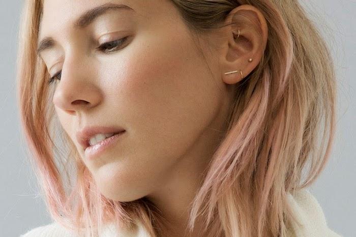 piercing femme, coupe de cheveux mi-longs, mèches rose pastel, anneau pour oreilles en or