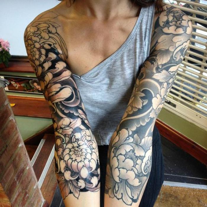 pivoine signification, tatouages monochromes aux bras, irezumi art avec symboles traditionnels