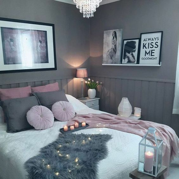 plaid couleur rose poudré, lampe rose, plafonnier joli, petite étagère blanche