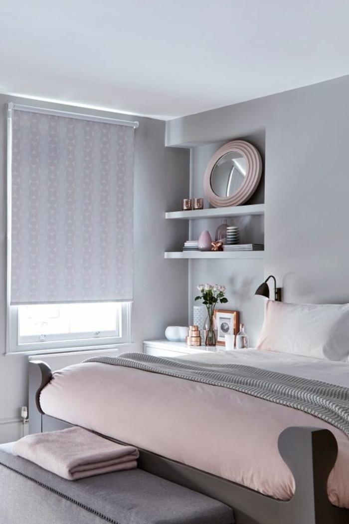 plaid de lit rose poudré, peinture murale grise, étagères et miroir rond, store en couleur douce