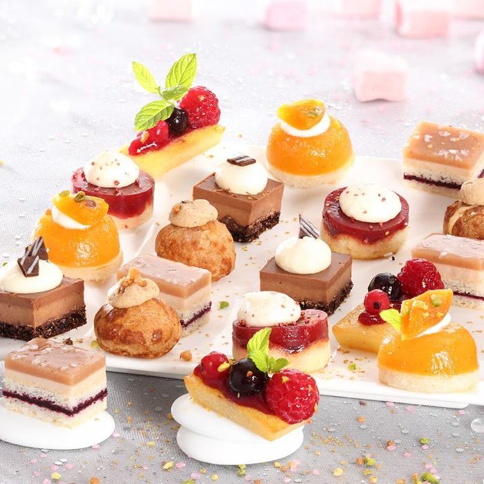 un buffet de desserts composé de plateau de petits fours sucré, des amuse-gueules fruités ou chocolatés à picorer avec délice