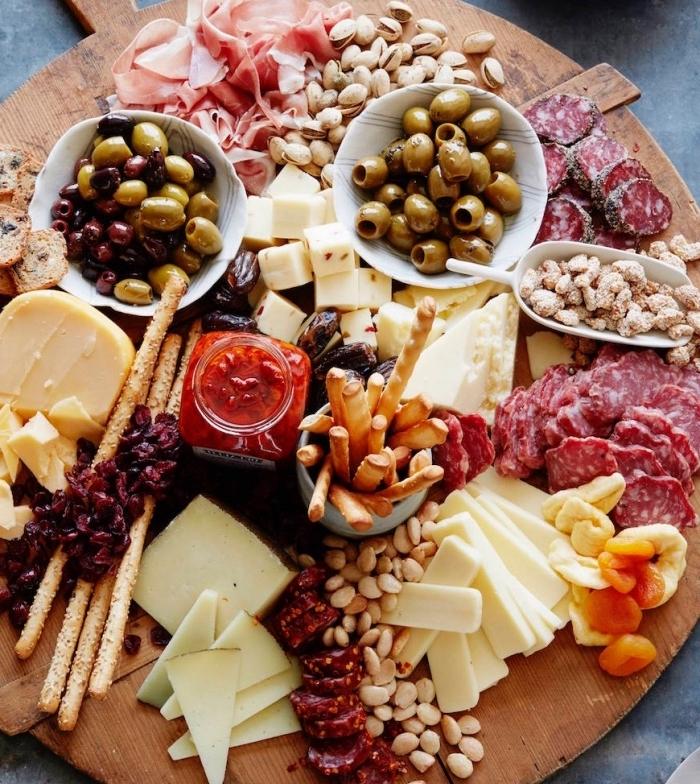 idée comment faire un plateau antipasti espagnol avec de la charcuterie, des fromages, olives, amandes, idée de tapas recette facile