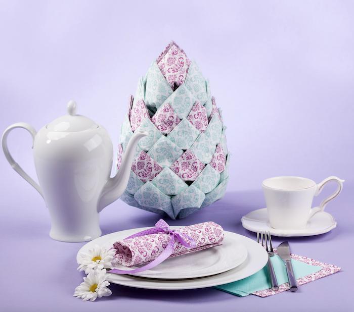 diy deco, pomme de pin origami en serviette en papier rose et verte, service de thé blanc et couverts de table