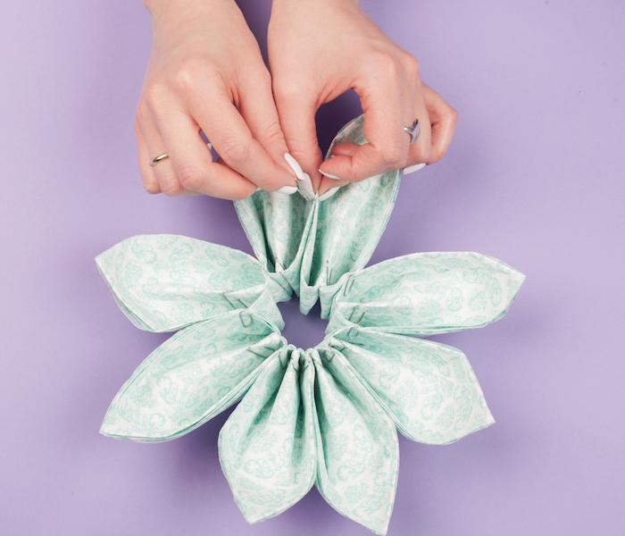deco table anniversaire, activité manuelle pour femme, tutoriel pour plier serviettes en papier