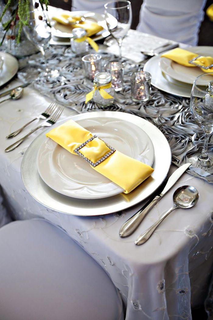 arrangement de table moderne, pliage de serviette avec accessoire en cristaux, vase en verre