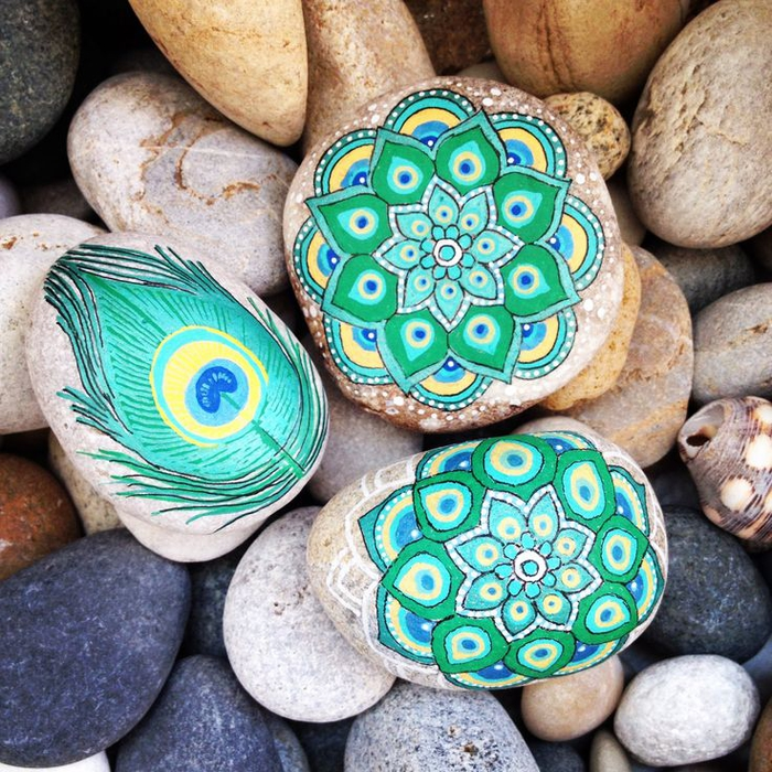 un dessin mandala très élaboré réalisé sur des galets décoratifs, activité créative et relaxante