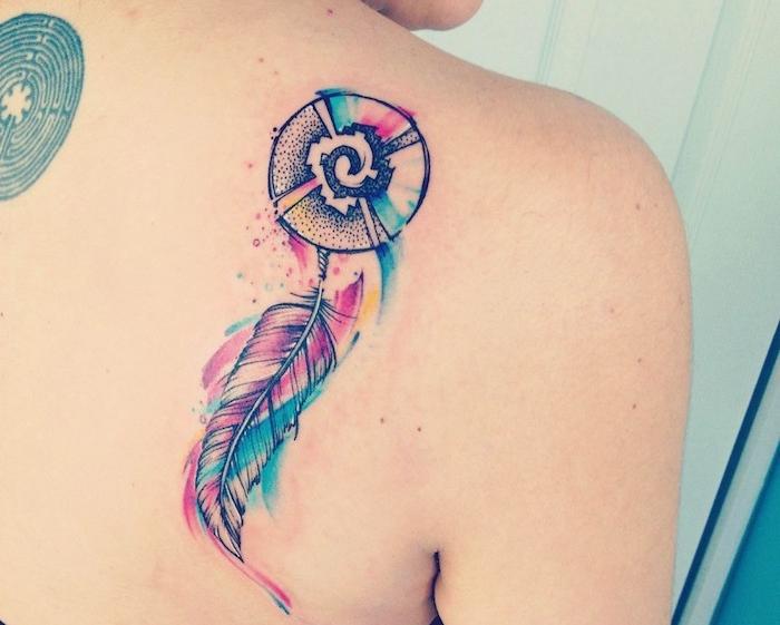 tatouage femme, dessin à motif attrape rêve, tatouage en couleurs à design plume