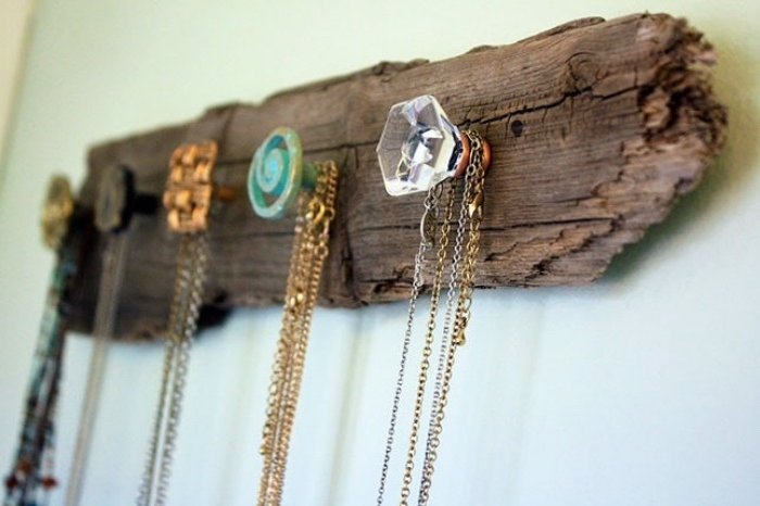 diy rangement mural, une planche en bois brut avec des patères, idée comment organiser ses colliers