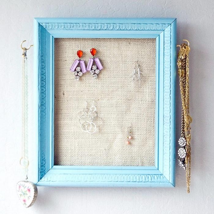 porte boucle d oreille dans un cadre photo bleu et toile de jute pour organiser ses bijoux, idée deco vintage