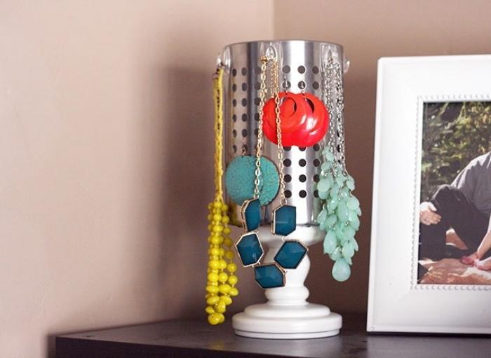 râpe ronde avec des trous, diy rangement bijou, porte boucle d oreille, colliers, idée recyclage bricolage facile