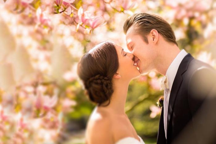 comment réaliser de jolies photos de mariage au printemps, photo de couple romantique sous une arbre fleurie