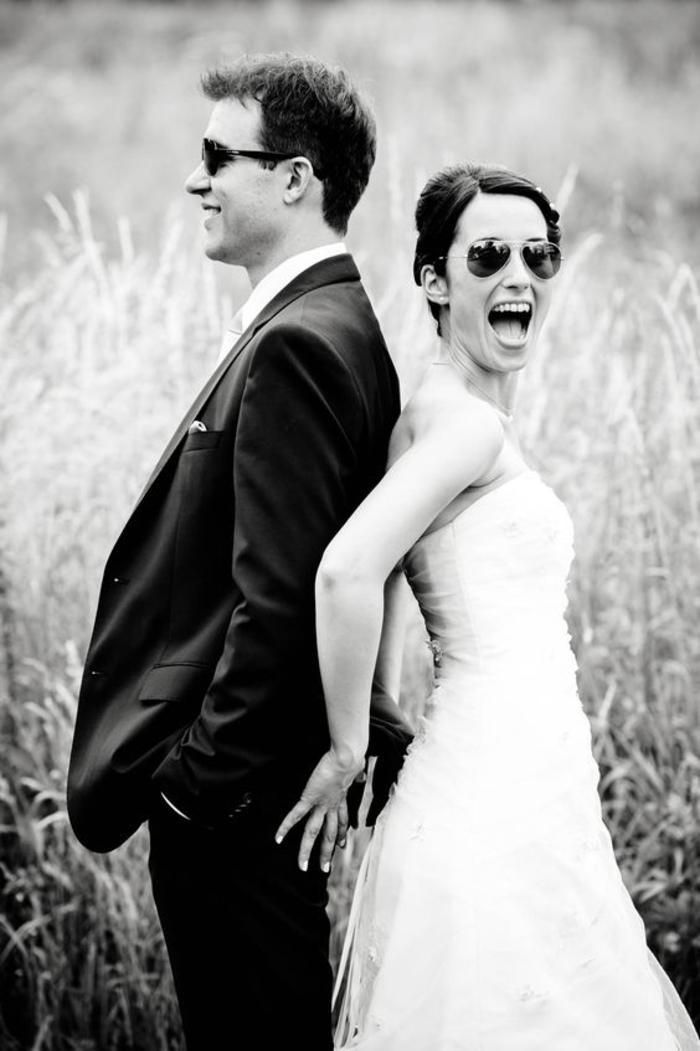 une photo mariée décontractée en noir et blanc, une mariée coquine, photo de mariage avec des lunettes soleil