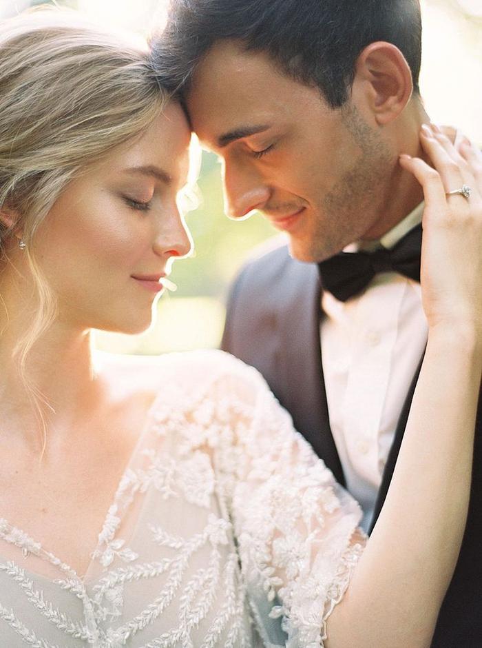 moment intime plein de tendresse, photo mariage romantique de couple de mariés