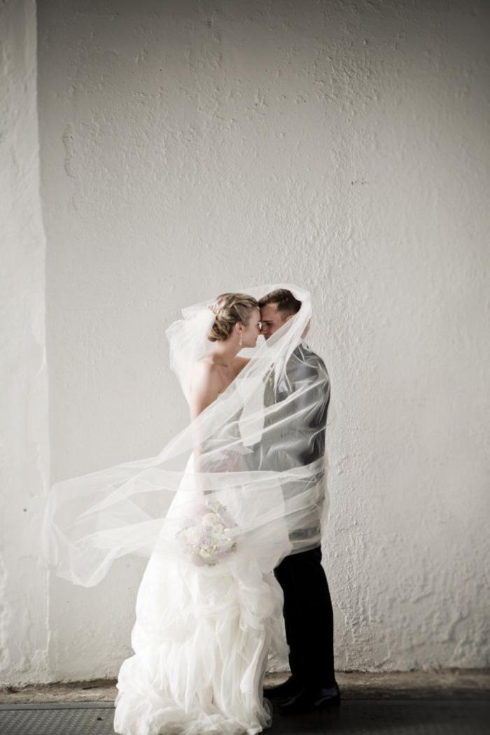 photo de couple romantique sous le voile de mariée en qui évoque des émotions tendres