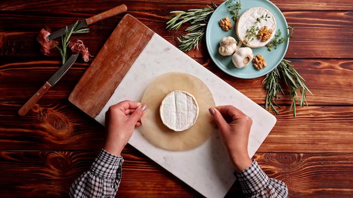 poser le brie sur un bout de papier cuisson idée pour faire apéritif original et raffiné à la française tapas avec briejpg