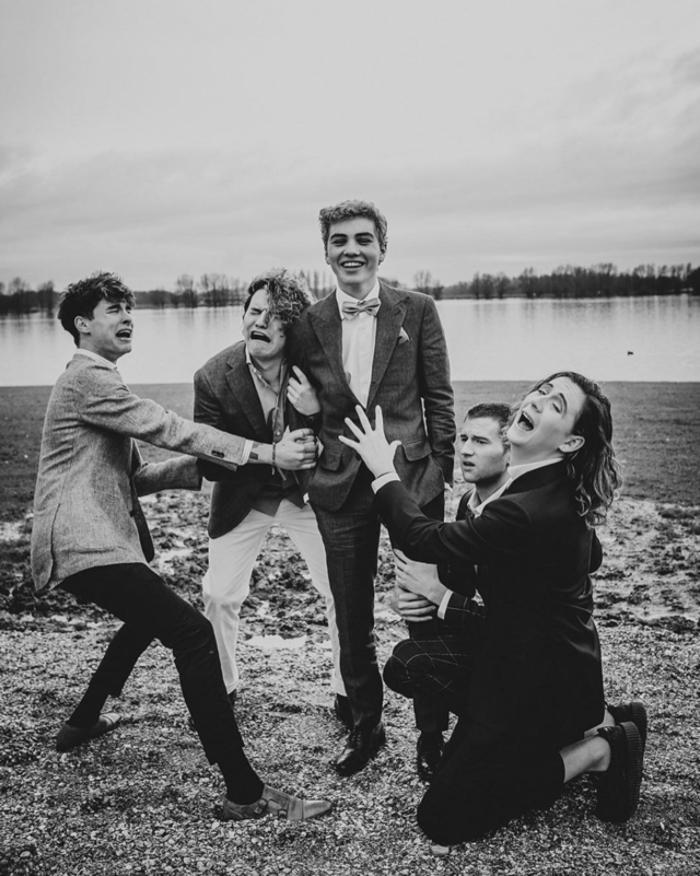 une photo mariage créative en noir et blanc qui marque la fin de vie de garçon