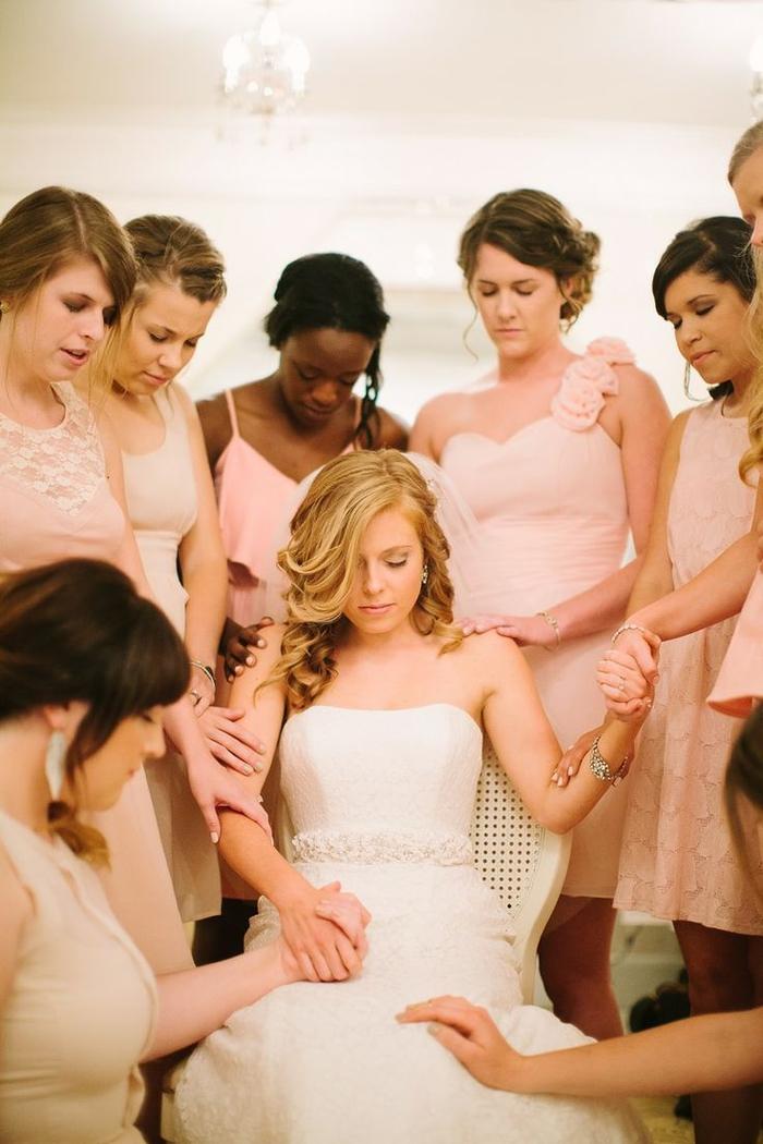 moment intime de prière silencieuse, photo mariage tendre des préparatifs