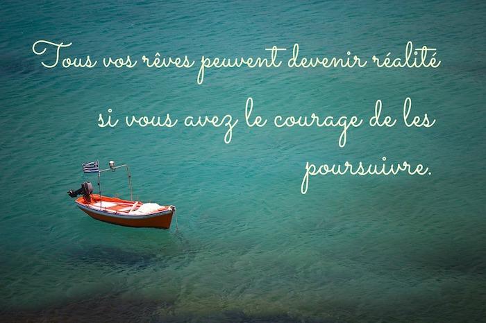 citation sur la vie, photo de la nature, paysage lac turquoise avec bateau rouge, lettres inspirantes pour fond d'écran