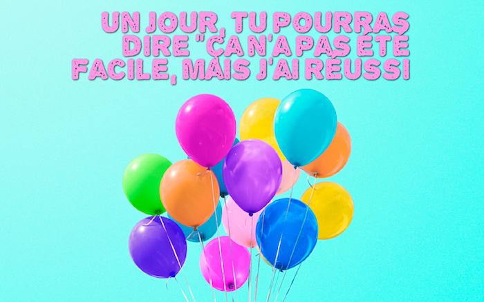 belle phrase, image bureau en bleu avec ballons multicolores, fond d'écran bleu clair, citation inspirante en lettres rose