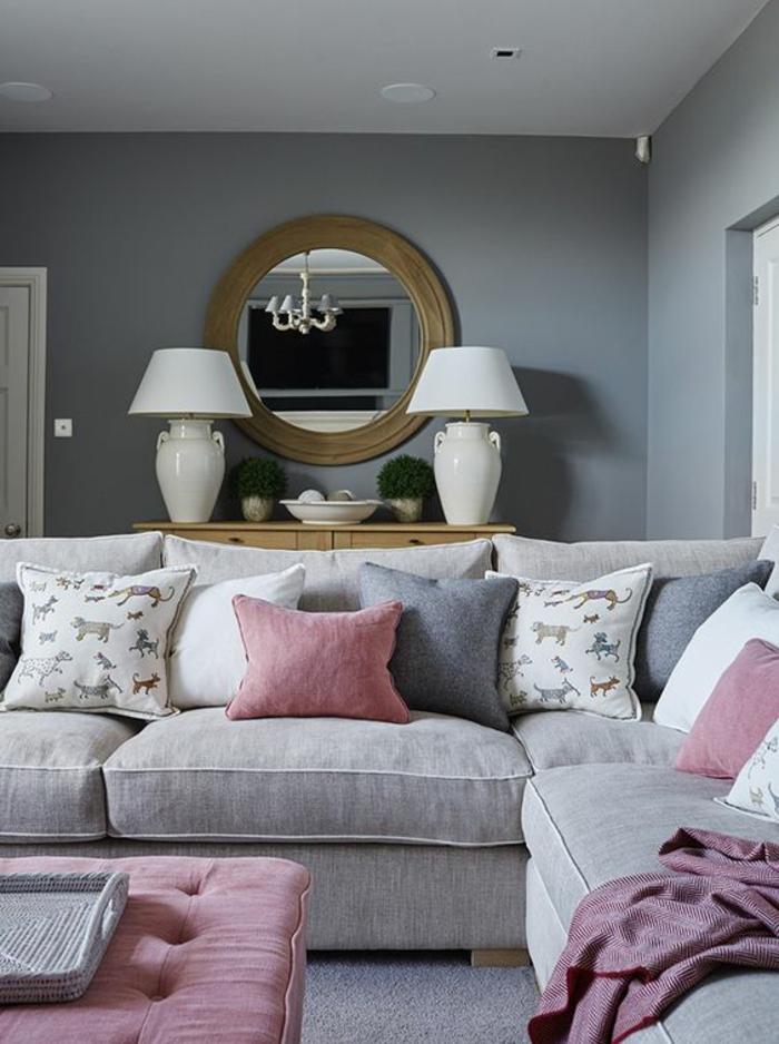 gris perle dans un salon avec des meubles ultra confortables un miroir rond avec des lampadaires en céramique blanche