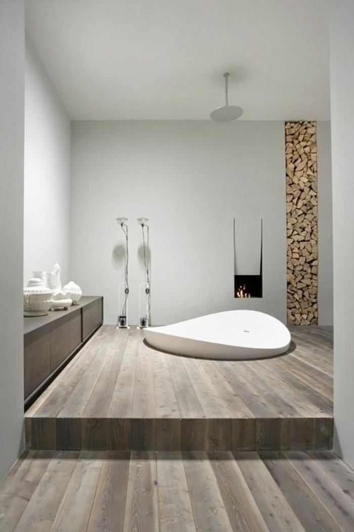 gris perle salle de bains avec baignoire blanche aux bords irréguliers des planches en PVC grisatres