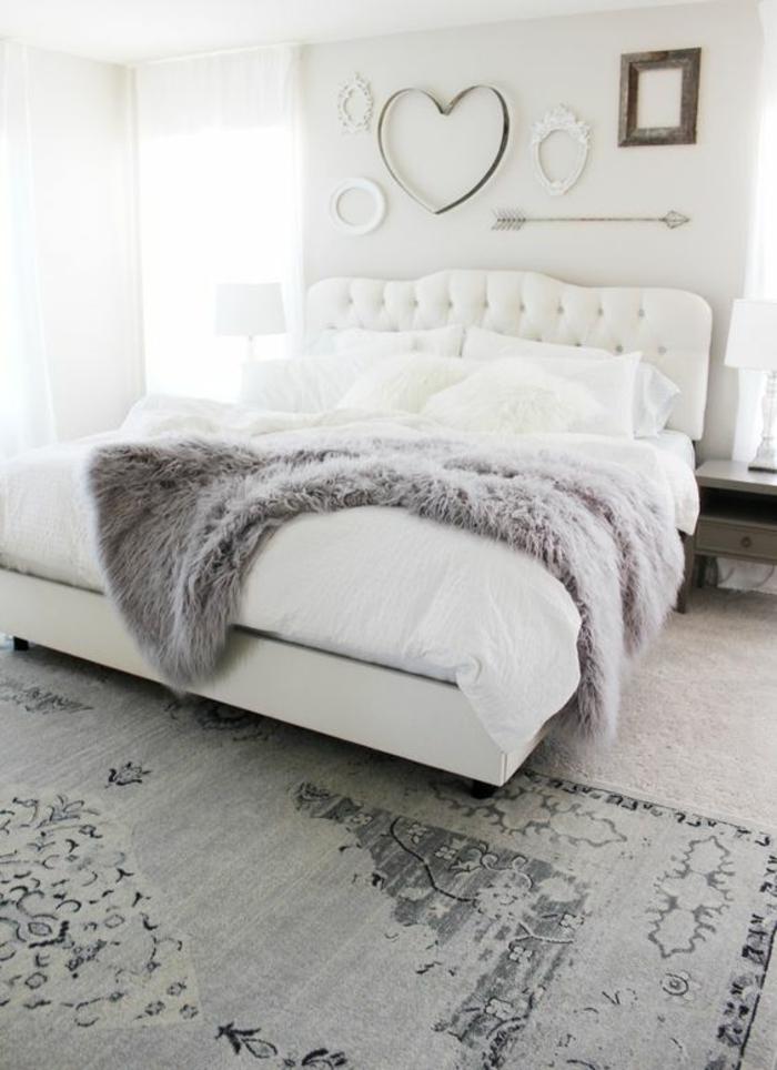 gris perle chambre a coucher avec petite couverture en peluche grise et des symboles d'amour accrochés au mur coeur et flèches