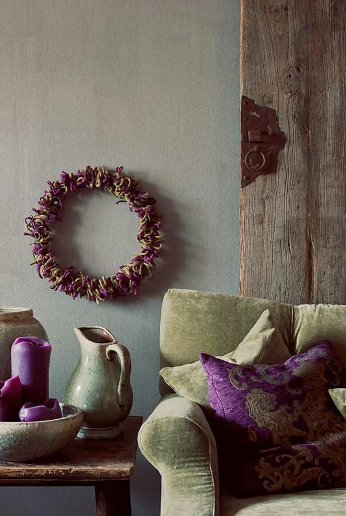 quelle couleur associer avec l'aubergine, couronne de fleurs, mur gris, vases style antique