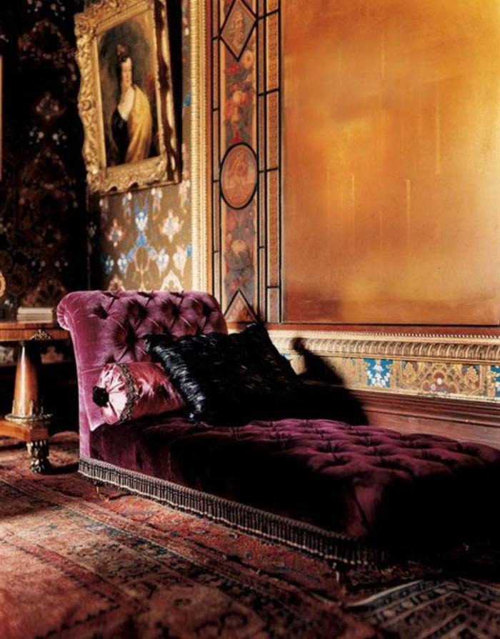 quelle couleur associer avec l'aubergine, tapis oriental, sofa capitonné, mur orange