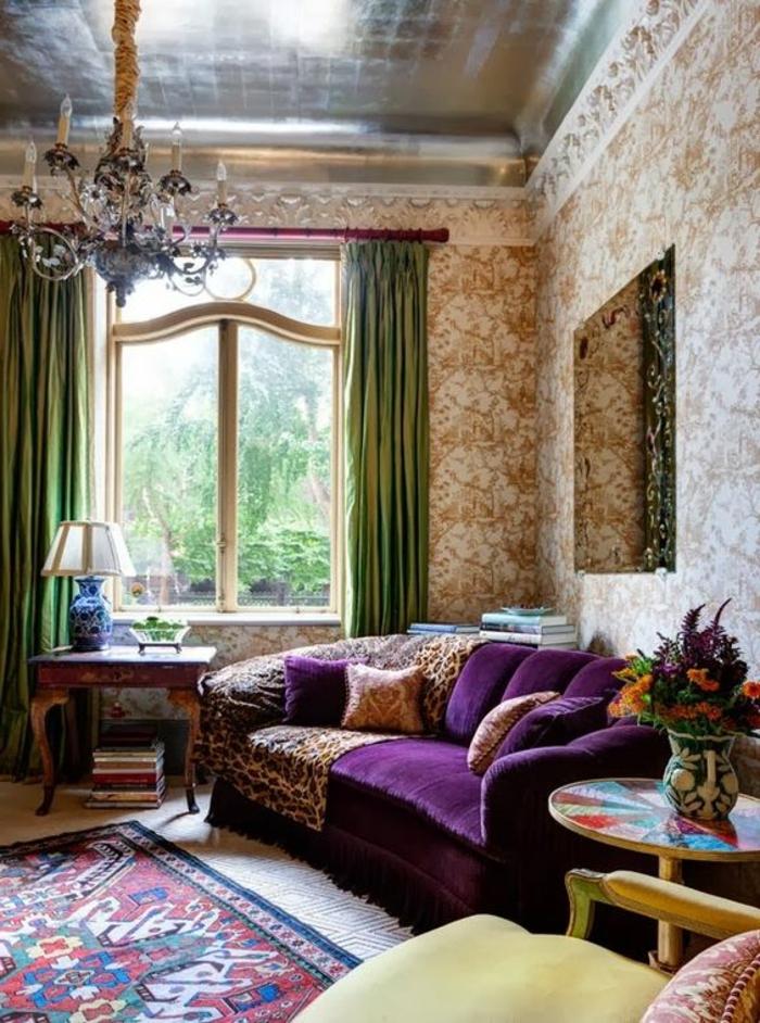 quelle couleur associer avec l'aubergine, papier peint blanc et ocre, plafond argenté, chandelier style ancien