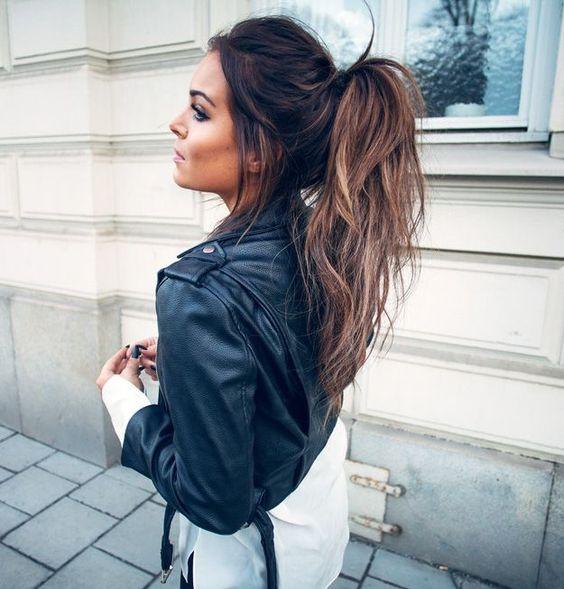 idée de queue de cheval haute, coiffure facile et rapide a faire, cheveux longs à effet décoiffé, mèches rebelles