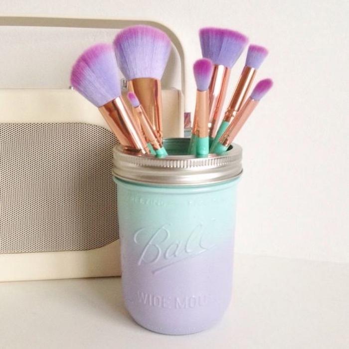 idée rangement maquillage, pinceaux, dans un pot en verre, customisé en violet et vert, couleur ombré, couvercle et trous dedans