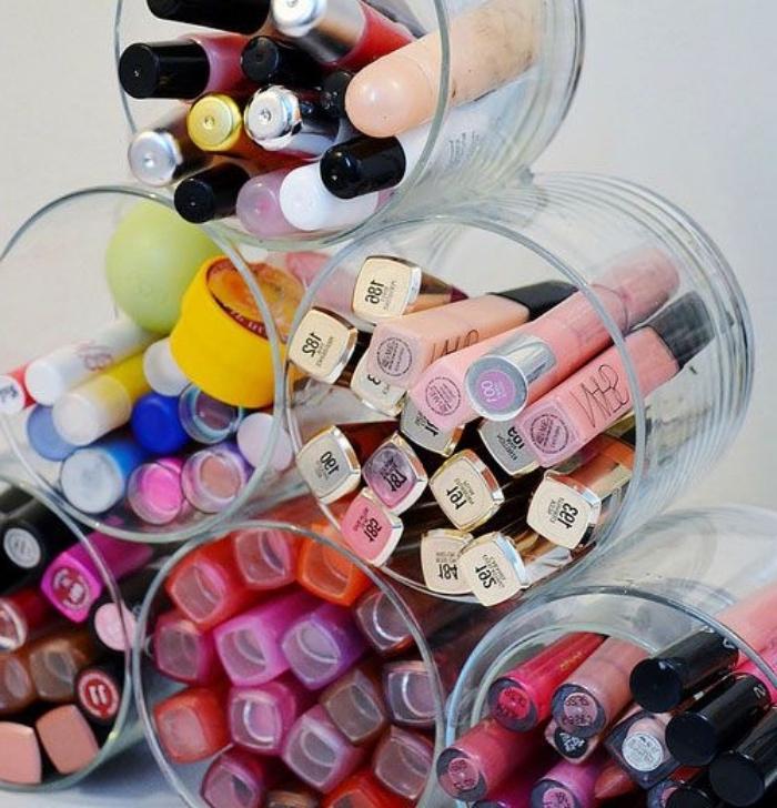 un pile de verres, diy rangement maquillage, rouge a levre et baumes, idée de bricolage facile et rapide